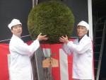 ヤヱガキ酒造、良質な新酒完成を報告、風物詩「酒林」を飾り付け